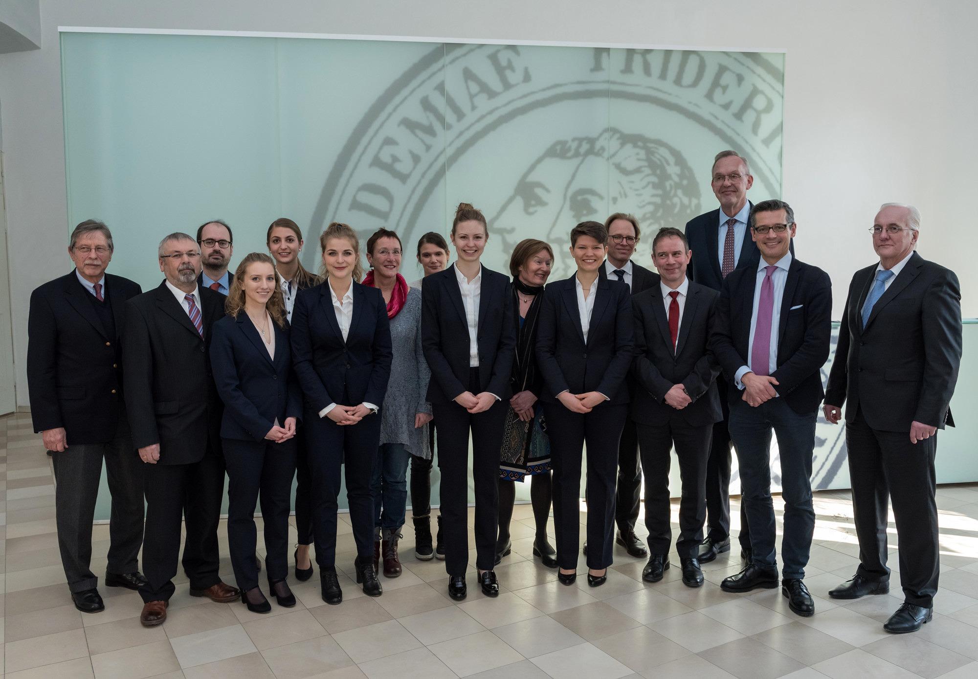 Das FAU Team 2018 mit Ehrengästen und Richtern bei der Generalprobe im Wassersaal der Orangerie